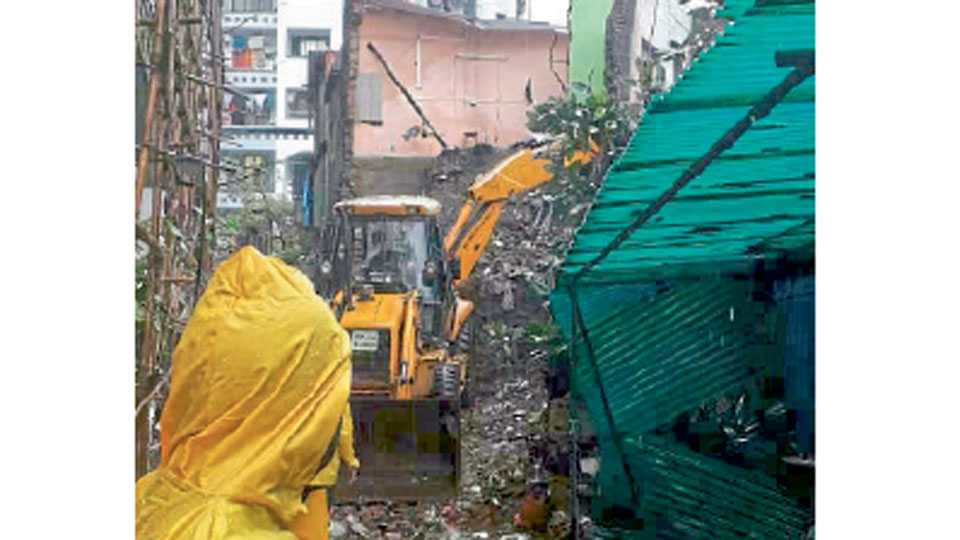 Three houses collapsed in Dahisar