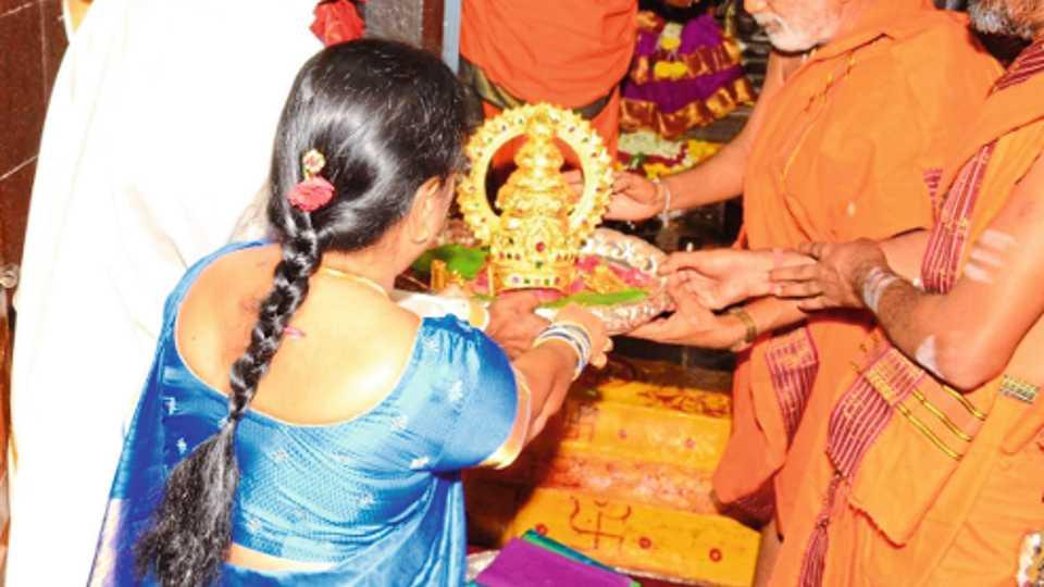 कालेश्वर : पार्वती देवीला साडी भेट देताना के. चंद्रशेखर राव.