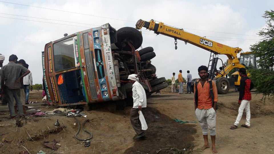 borewel vehicle collided 2 dead