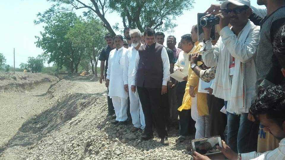 साळवे (जि. धुळे) : येथे जलयुक्त शिवार योजनेतील कामाची पाहणी करताना मुख्यमंत्री देवेंद्र फडणवीस.
