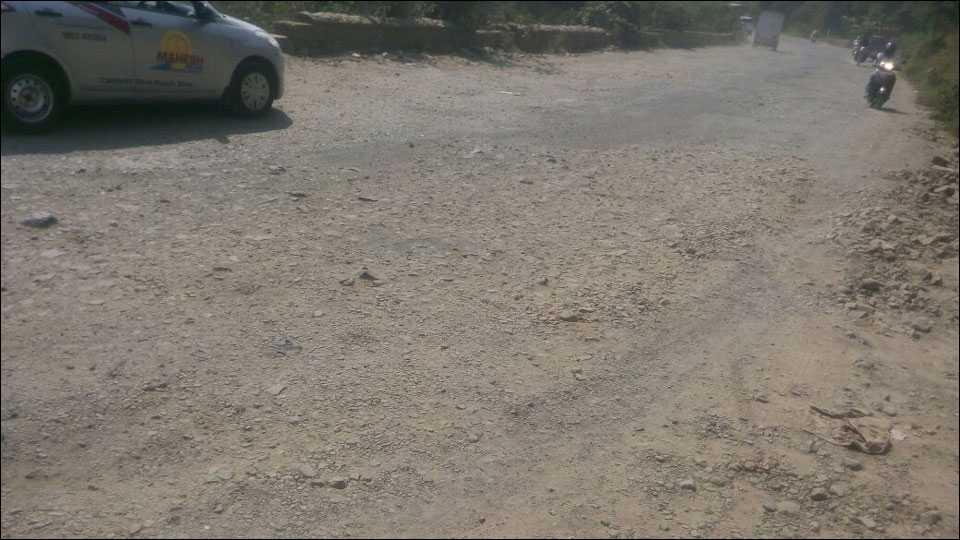 कात्रज घाट रस्त्याची खड्डयांमुळे अक्षरक्ष चाळण झाली आहे.