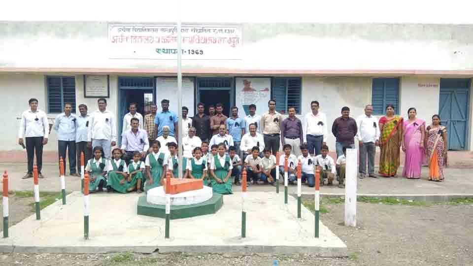 Teachers and students protested at lakhpuri akola