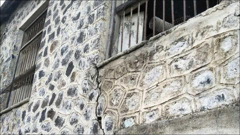 नगरः भाळवणी जिल्हा परिषद शाळेची इमारत धोकादायक; प्रशासनाचे दुर्लक्ष