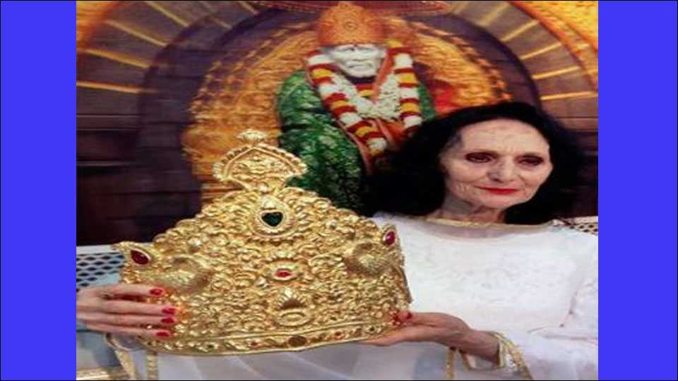 Selini Dolores of Italy donates a 855 gm gold crown worth Rs. 28 lakhs to adorn idol of Saibaba in Shirdi on Thursday.