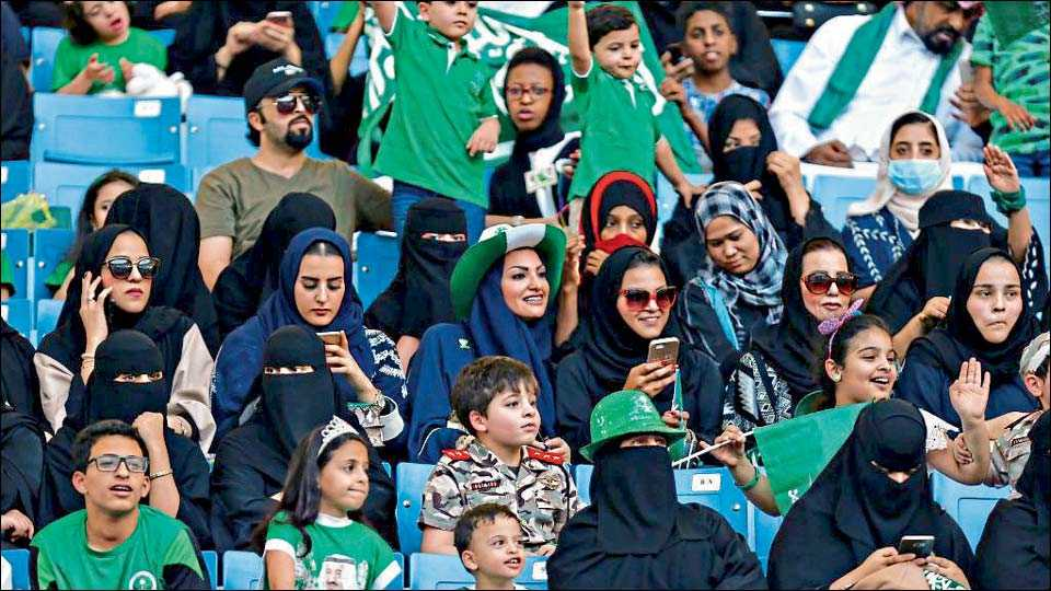 जेद्दा ः सौदी अरेबियातील महिला फुटबॉलप्रेमींनी शुक्रवारी प्रथम स्टेडियममध्ये उपस्थित राहून सामन्याचा आनंद लुटला.