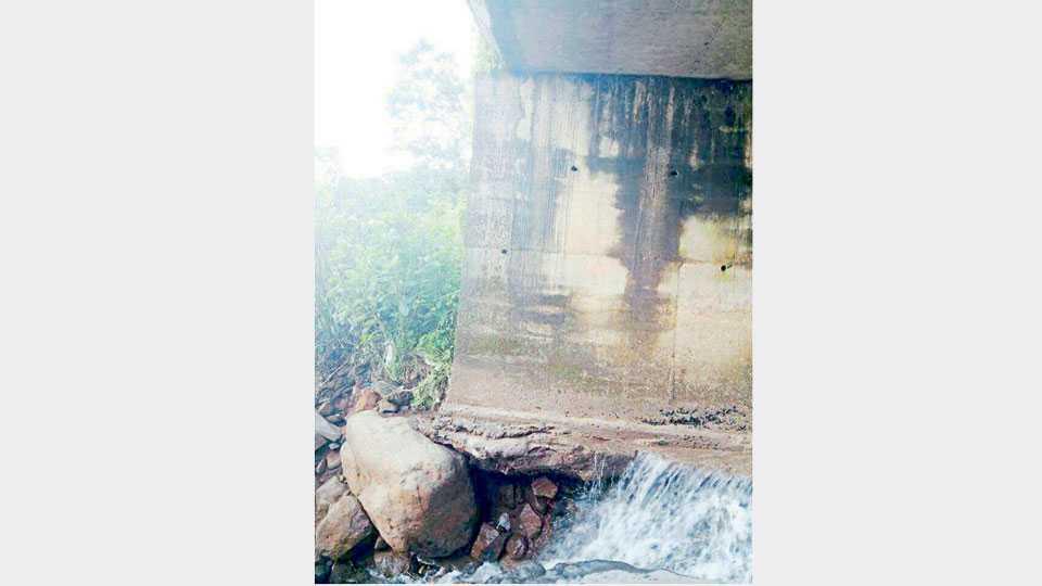मांगेली फणसवाडी येथील धबधब्याजवळच्या पुलाचा पाण्यामुळे वाहून गेलेला खांबाच्या पायाचा भाग.