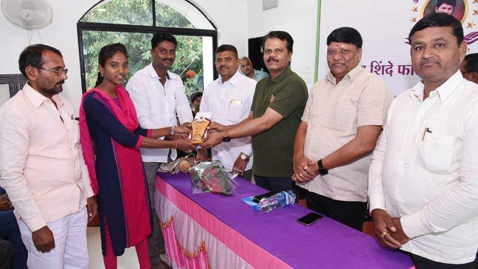 Helpful students of Akshay Shinde Foundation