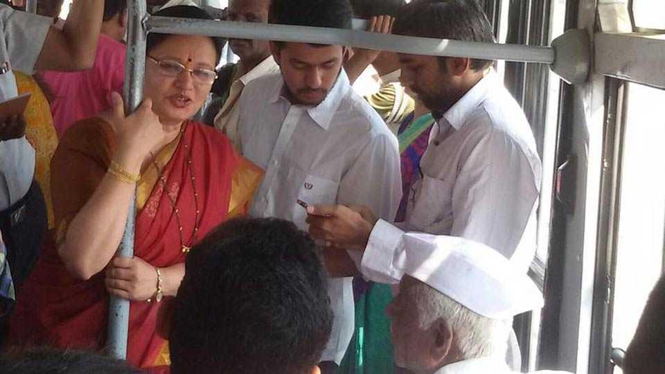 Pune mayor Mukta Tilak travel to PMPML bus