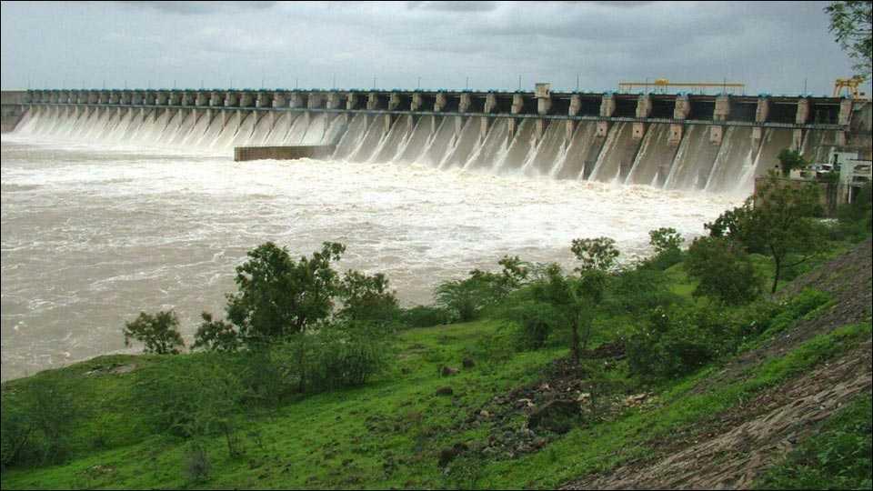सोलापूर: उजनीतून सोडले भीमा नदीत पाणी
