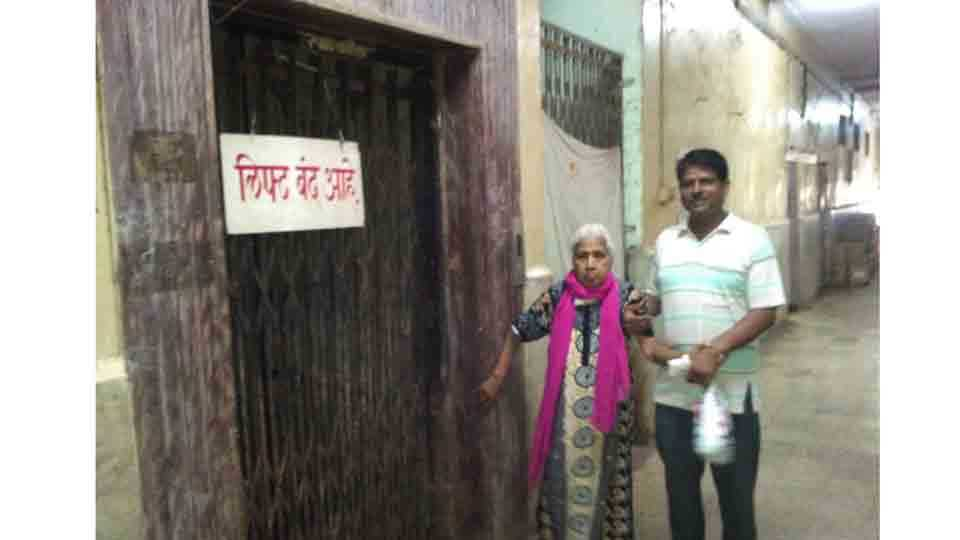 In the elevation of the government hospital in Ulhasanagar the patient and the staff were stuck