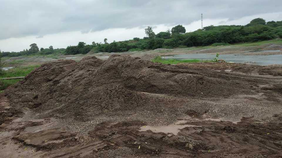 Negligence of the administration of the sand pond of the Kukadi river