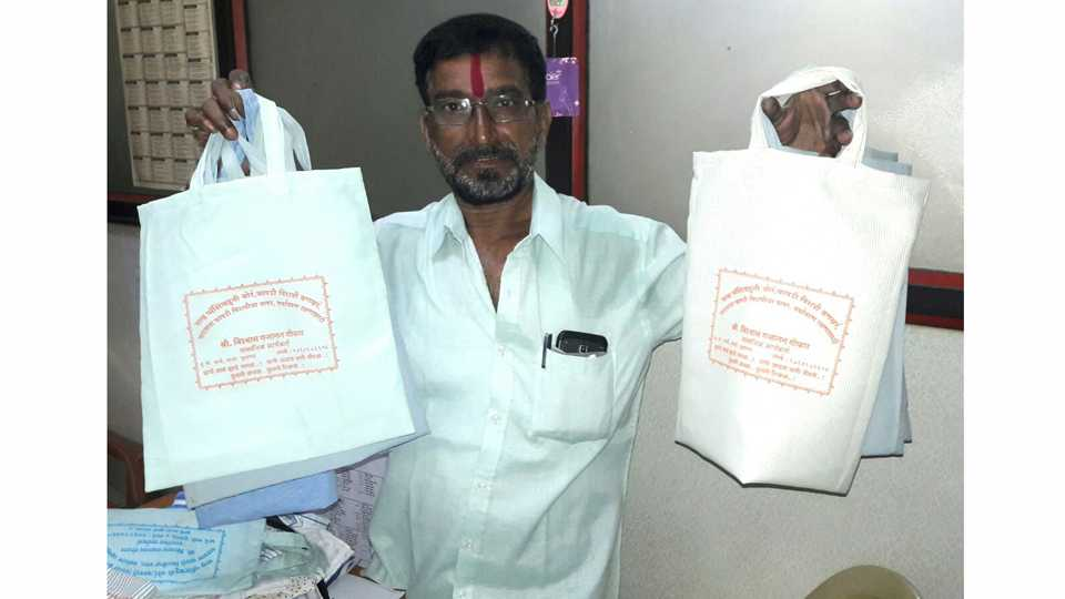 Vishwas Ghofan is distributing free allotment of cottage bags from environmentally friendly designs