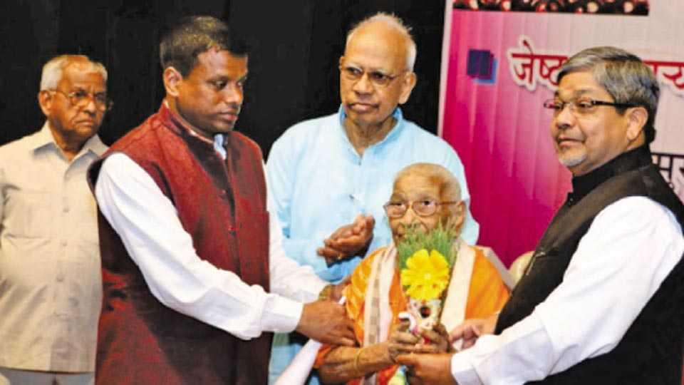 मुंबई - येथील बौद्ध सेवा संघाच्या कार्यक्रमात डॉ. भालचंद्र मुणगेकर यांच्या हस्ते मान्यवरांचा सत्कार झाला.