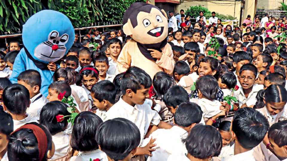 यमुनानगर, निगडी - मॉडर्न प्राथमिक विद्यालयात गुरुवारी विद्यार्थ्यांचे स्वागत करताना छोटा भीम व डोरेमॉन मस्कॉट.