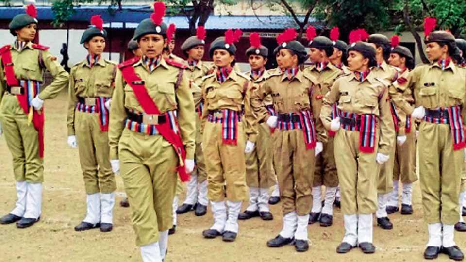एनसीसीचे कार्यालय, सेनापती बापट रस्ता -  महाराष्ट्र गर्ल्स बटालियनच्या वार्षिक प्रशिक्षण शिबिरात पथसंचलन करताना छात्र.