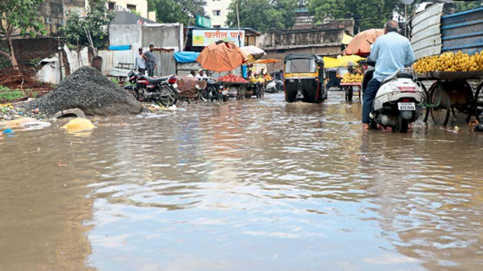 औरंगाबाद - शहरात गुरुवारीही पावसाने लावलेल्या जोरदार हजेरीने अनेक घरांत, वस्त्यांत पाणी शिरले.  औरंगपुरा येथील भाजीमंडईत साचलेले खोल खोल पाणी.