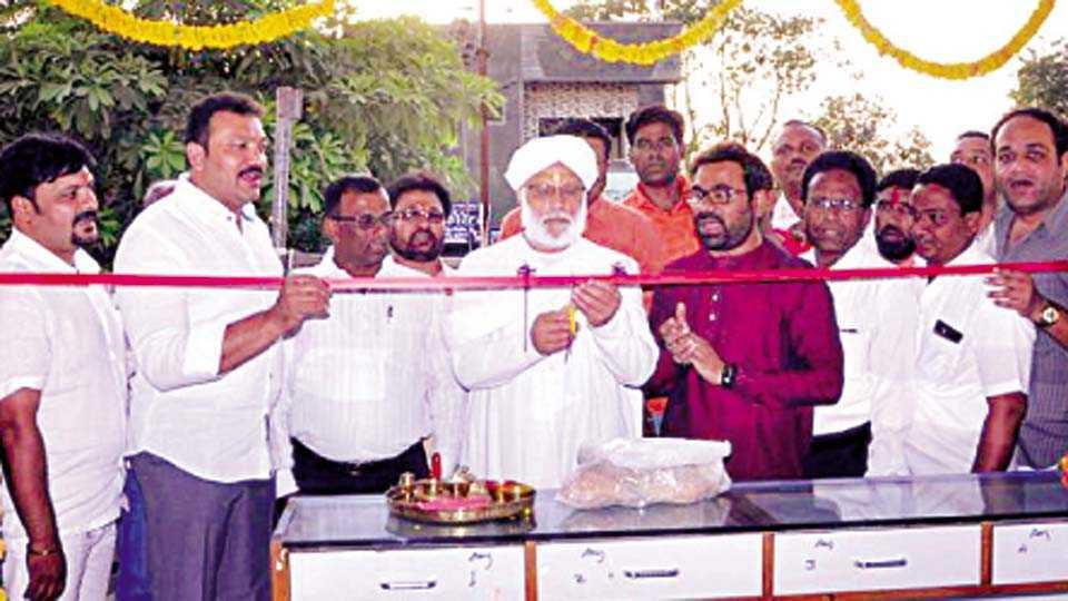 अमळनेर - सूतगिरणीच्या कार्यालयाचे गुरुवारी उद्घाटन करताना संतश्री प्रसाद महाराज. शेजारी आमदार शिरीष चौधरी, प्रा. डॉ. रवींद्र चौधरी, प्रा. अशोक पवार आदी.
