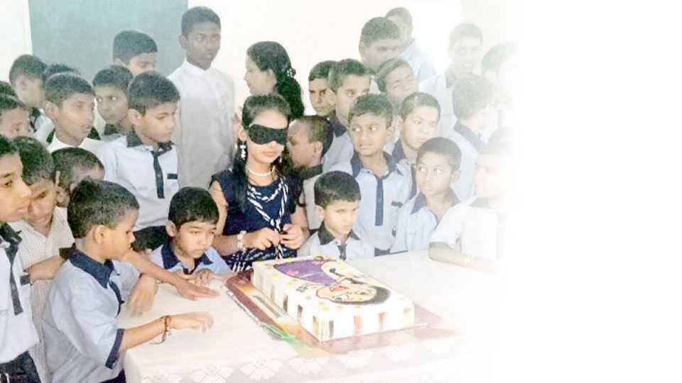 पताशीबाई लुंकड अंधशाळा, भोसरी - बालकलाकार आर्या घारे नेत्रहीन विद्यार्थ्यांसमवेत केक कापून आपला वाढदिवस साजरा करताना.