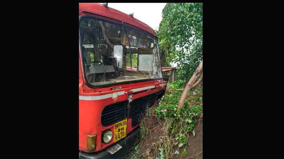 Dumper And Bus Accident On The Vinchur Prakasha Highway
