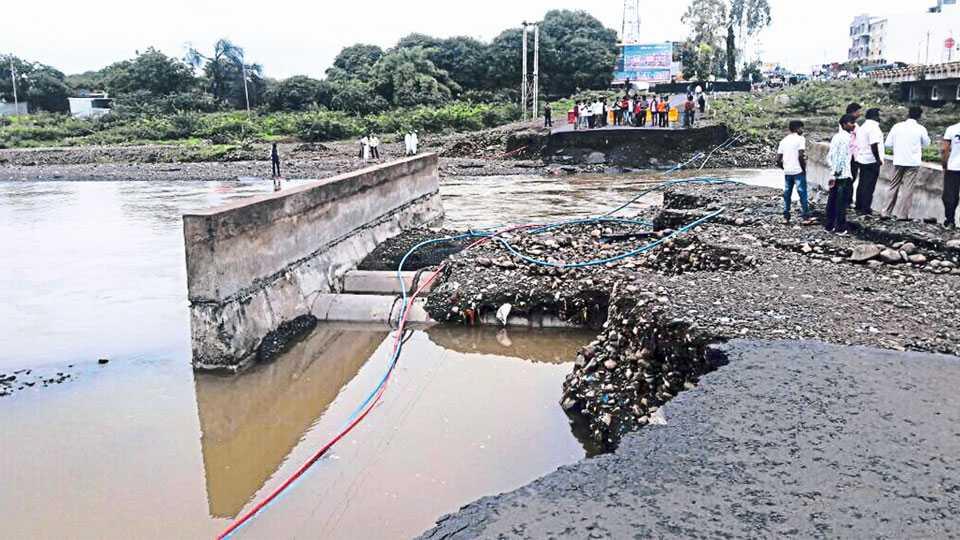 बीड - शहरातील बिंदुसरा नदीवरील पर्यायी पूल ऐन मध्यातून वाहून गेला आहे.