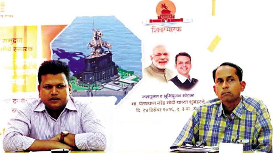बीड - बुधवारी आयोजित पत्रकार परिषदेत शिवछत्रपतींच्या स्मारकाबाबत माहिती देताना जिल्हाधिकारी राम.