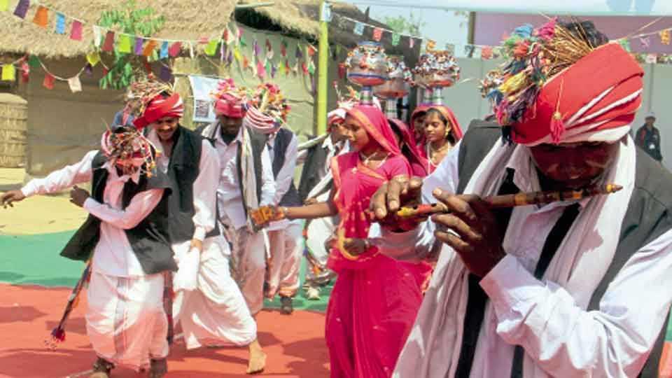 सिंचननगर - नृत्य सादर करताना आदिवासी कलाकार.