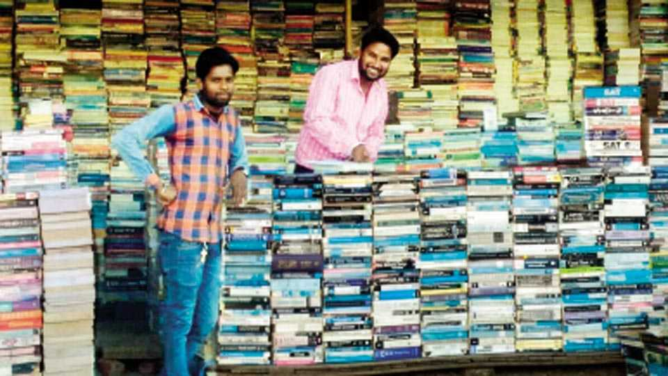 नागपूर - दुर्मिळातील दुर्मिळ पुस्तक मिळण्याचे ठिकाण असलेल्या सीताबर्डी बाजारातील पुस्तक विक्रेते.