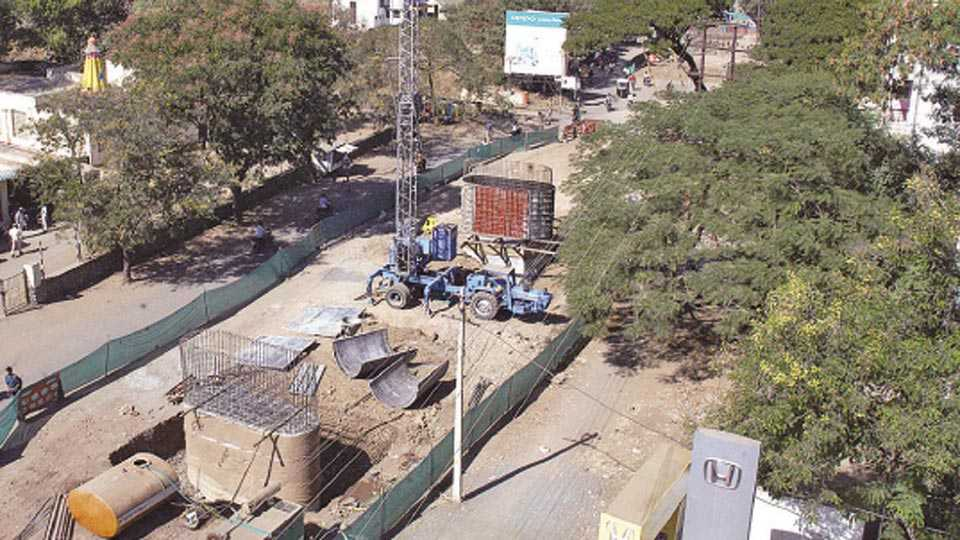 सांगली - विश्रामबाग उड्डाणपुलाच्या बांधकामस्थळी अद्यापही विद्युत वाहिन्यांसह झाडांचा होणारा अडथळा.