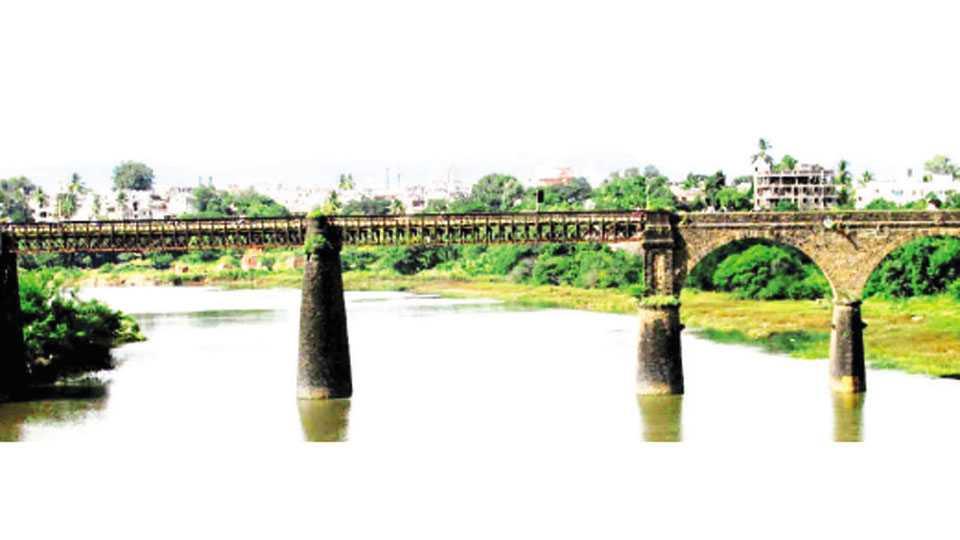 कऱ्हाड - कोयना नदीवरील जुना पूल.