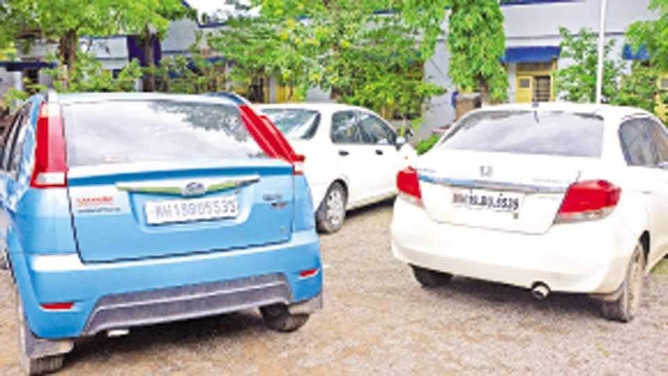जळगाव : जिल्हापेठ पोलिस ठाण्यात बुधवारी आणलेल्या सारख्याच नंबरप्लेटच्या कार.
