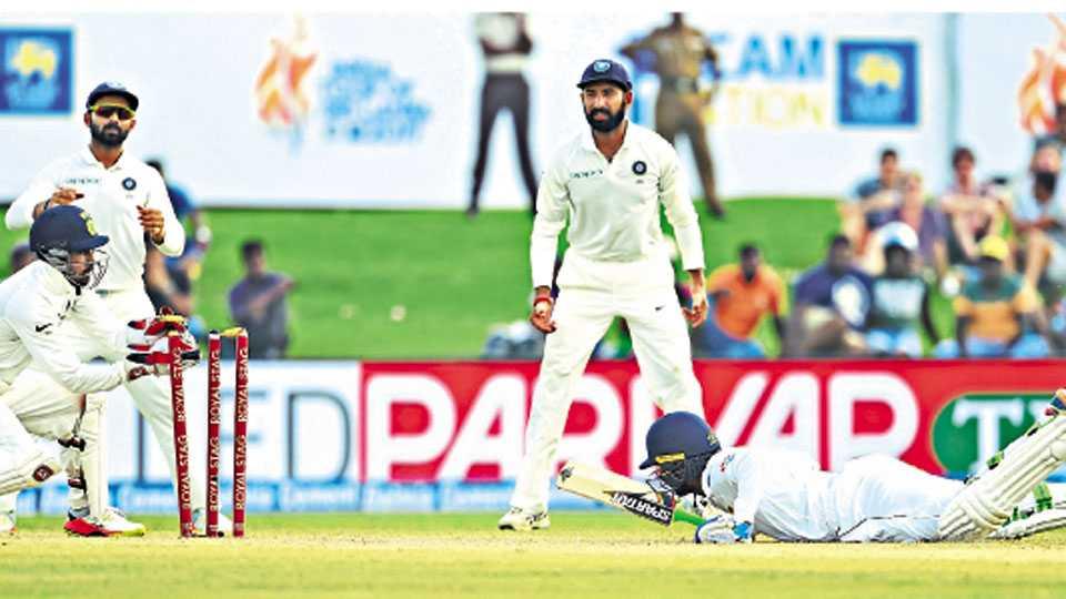 गॉल - भारताचा यष्टिरक्षक वृद्धिमान साहा याने पहिल्या कसोटी क्रिकेट सामन्यात श्रीलंकेच्या उपुल थरंगा याला धावचीत केले तो क्षण.