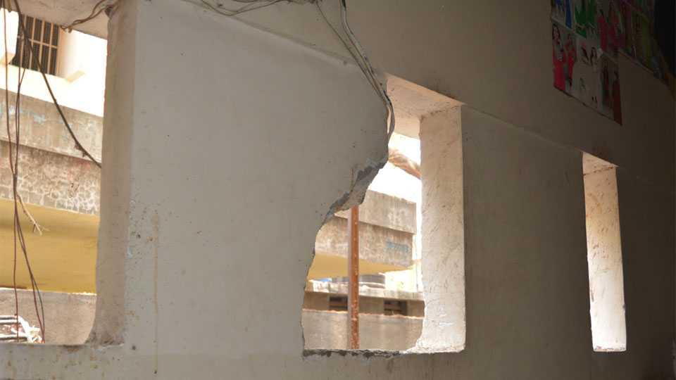 गोविंद मंत्री यांच्या क्लिनिकमध्ये शिरण्यासाठी जिन्याच्या भिंतीला पडलेले भगदाड, त्यातूनच चोर आत आला.