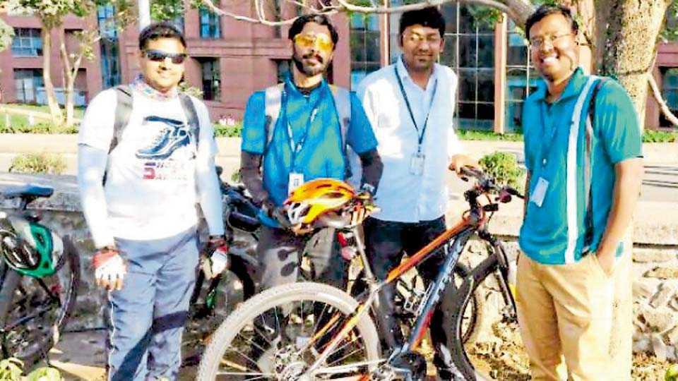 तळवडे - येथील आयटी पार्कमधील 'सिंटेल' सायकलिस्ट क्लबचे संस्थापक सदस्य (डावीकडून) गिरिराज उमरीकर, रोहित संचेती, विशाल बुट्टे आणि दीपक नाईक.