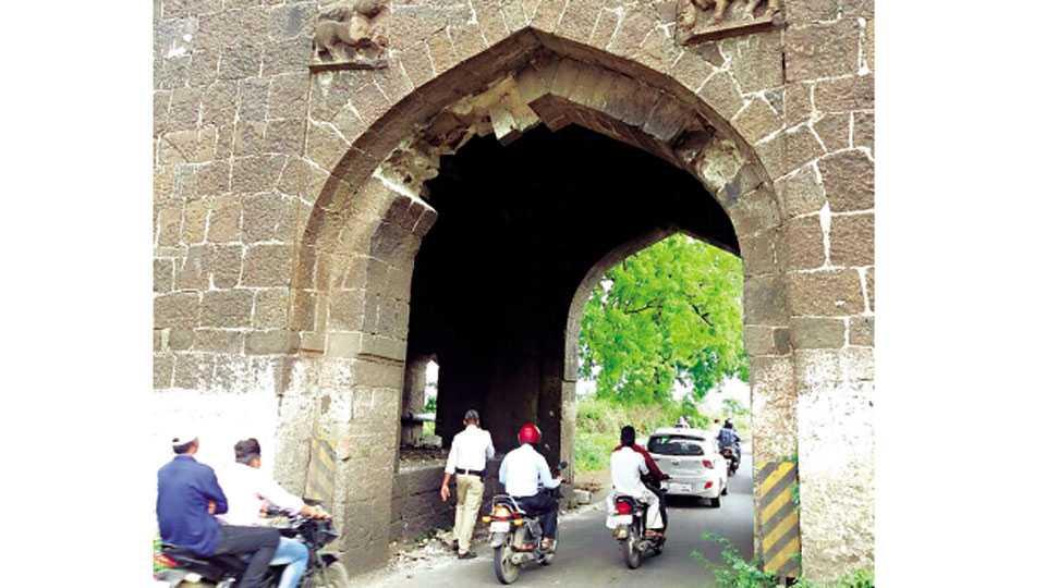औरंगाबाद - दिल्ली दरवाजाचे रविवारी  निखळलेले दगडी चिरे भर रहदारीत बाजूला करताना वाहतूक  पोलिस.