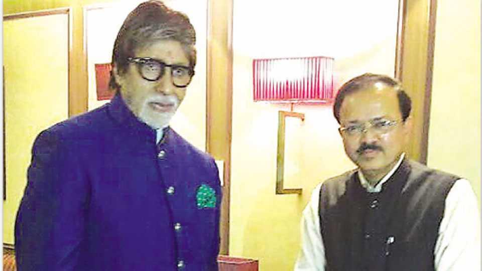 दिल्ली - विमानतळावर शुक्रवारी भेटीप्रसंगी उपस्थित अमिताभ बच्चन आणि संरक्षण राज्यमंत्री डॉ. सुभाष भामरे.