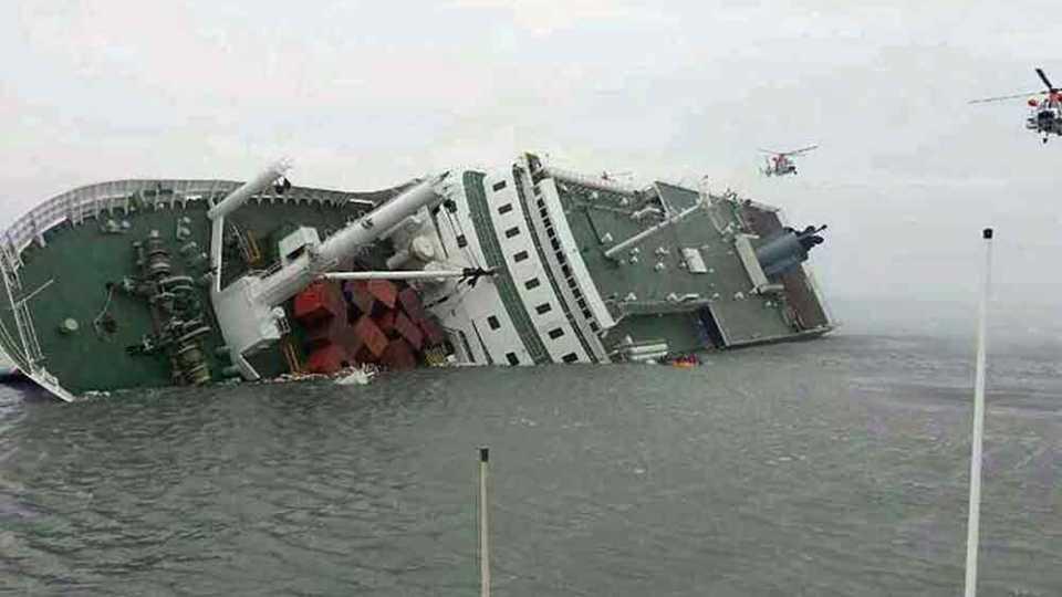 नौका दुर्घटनेत 90 प्रवासी बुडाल्याची भीती