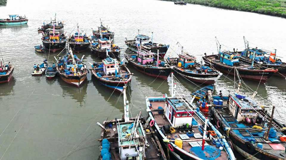 हर्णे (जि. रत्नागिरी) - सरकारच्या नियमाप्रमाणे 1 ऑगस्ट) मासेमारी सुरू झाली. हर्णे बंदरात मासेमारीसाठी सज्ज नौका.