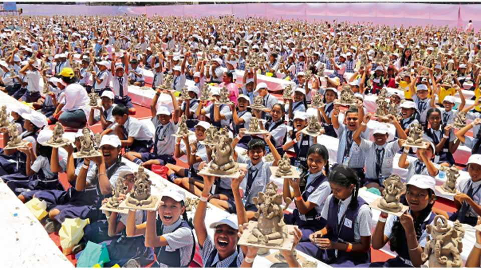 बाबूराव सणस मैदान - पर्यावरणपूरक शाडूच्या तब्बल ३०८२ गणेशमूर्ती अवघ्या ९० मिनिटांत घडवून शहरातील विद्यार्थ्यांनी गुरुवारी  विक्रम केला.