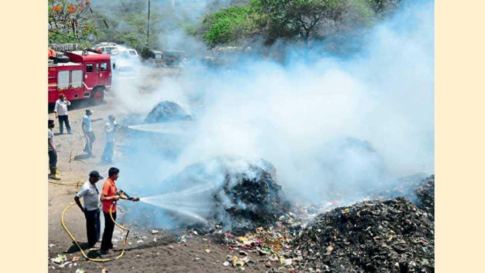 औरंगाबाद - मध्यवर्ती बसस्थानकासमोरील कचऱ्याच्या ढिगाला मंगळवारी पालकमंत्र्यांसमोरच आग लागली. यावेळी अग्निशमन विभागाला पाचारण करण्यात आले.