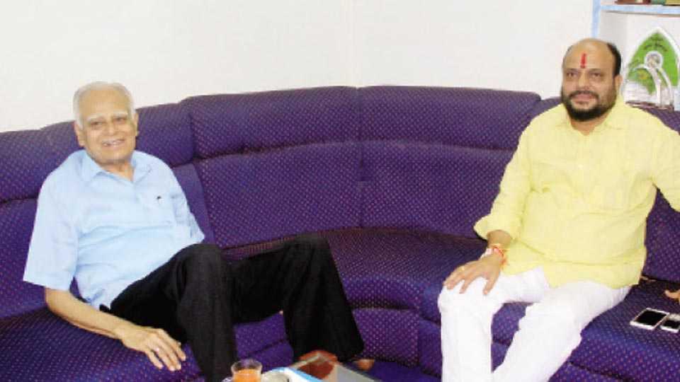 जळगाव -  सहकार राज्यमंत्री गुलाबराव पाटील यांनी बुधवार (ता.२५) माजी आमदार सुरेशदादा जैन यांच्या निवासस्थानी भेट घेतली. यावेळी चर्चा करतांना.