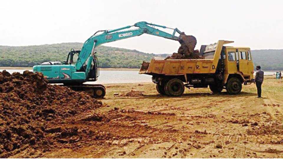 कास - पाटबंधारे विभागाच्या यांत्रिकी विभागामार्फत तलावातील गाळ काढण्याचे काम सुरू आहे.