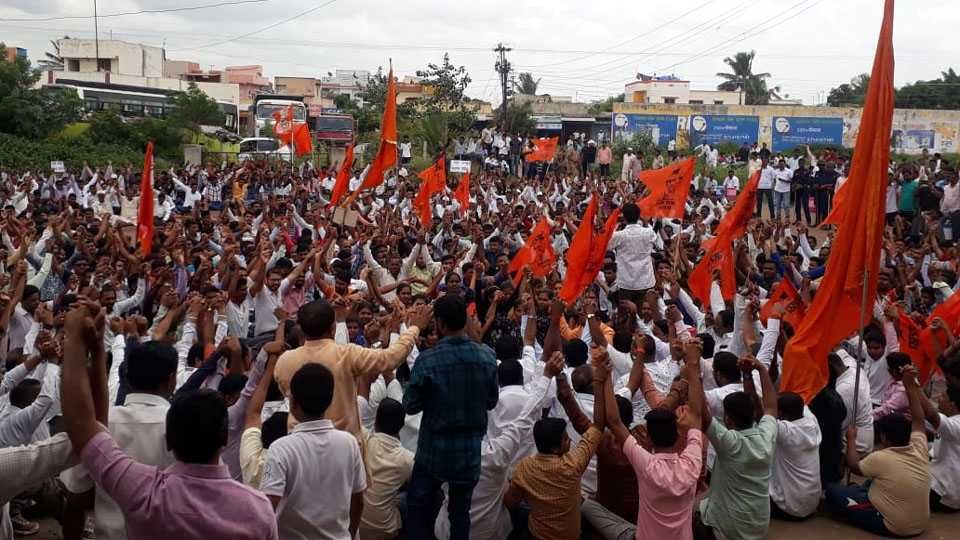 Maharashtra Bandh Maratha Kranti Morcha Peoples on Agitation