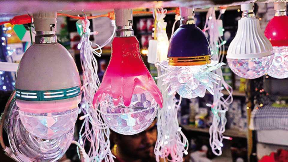 नाशिक - गौरी-गणेशोत्सवानिमित्त बाजारात आलेले रंगीबेरंगी बल्ब.