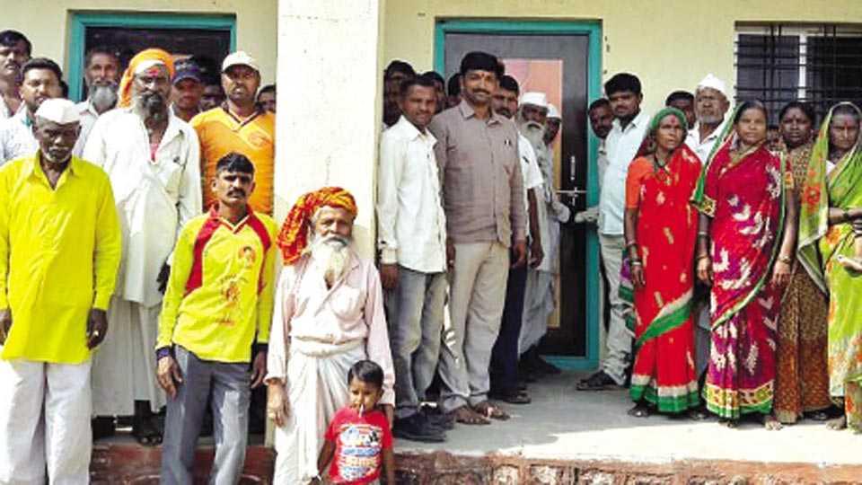 आंधळी (ता. माण) - ग्रामविकास अधिकाऱ्याच्या कामकाजावर संतापलेल्या ग्रामस्थांनी शुक्रवारी ग्रामपंचायत कार्यालयाला टाळे ठोकले.  (रूपेश कदम - सकाळ छायाचित्रसेवा)
