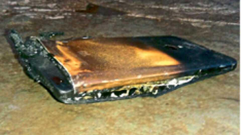 स्फोटानंतर जळालेला मोबाईल.