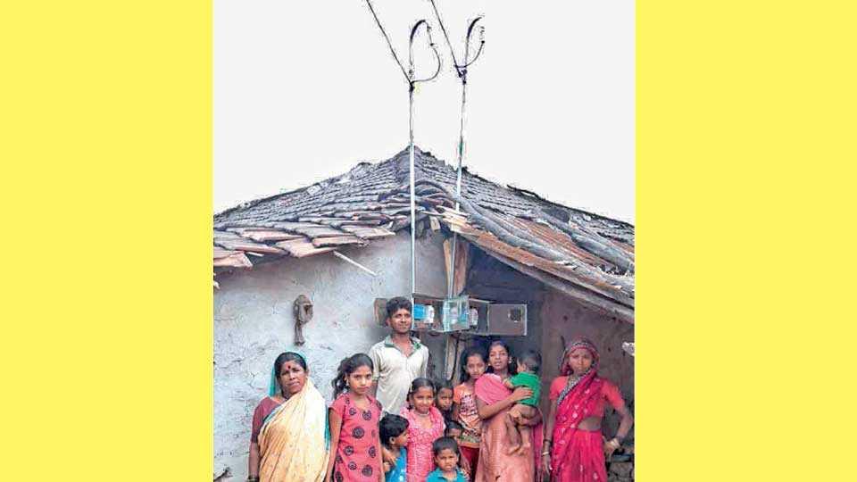 दुर्गाडी- मानवटवस्ती (ता. भोर) - उभारलेला विजेचा खांब आणि ग्रामस्थ.