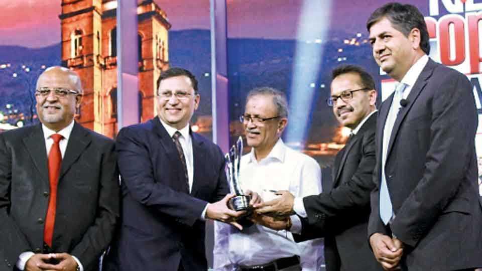 'एनडी टीव्ही'तर्फे देण्यात येणाऱ्या बांधकाम पुरस्कार सोहळ्यात कुणाल कुमार यांच्या हस्ते शशांक परांजपे यांनी पुरस्कार स्वीकारला. सोबत (डावीकडून) सुदेश खटावकर, श्रीराम बापट आणि विक्रम चंद्रा.