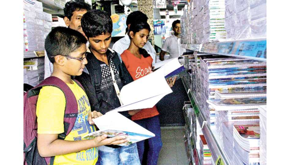 अप्पा बळवंत चौक - वह्या खरेदी करण्यासाठी मुलांची झालेली गर्दी.