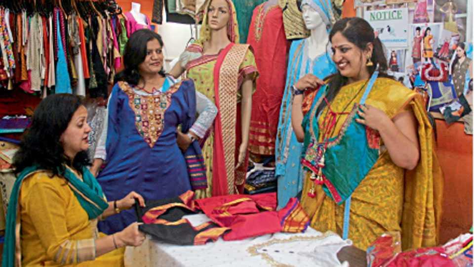 दिवाळीसाठी पसंतीनुसार डिझायनर आउटफिट तयार करून घेण्यासाठी फॅशन डिझायनरकडे आलेल्या महिला.