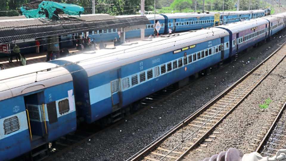 चिंचवड स्टेशन - मुसळधार पावसामुळे मुंबईत ठप्प झालेल्या रेल्वे वाहतुकीमुळे चिंचवड स्थानकात रोखून ठेवण्यात आलेल्या दोन रेल्वेगाड्या.